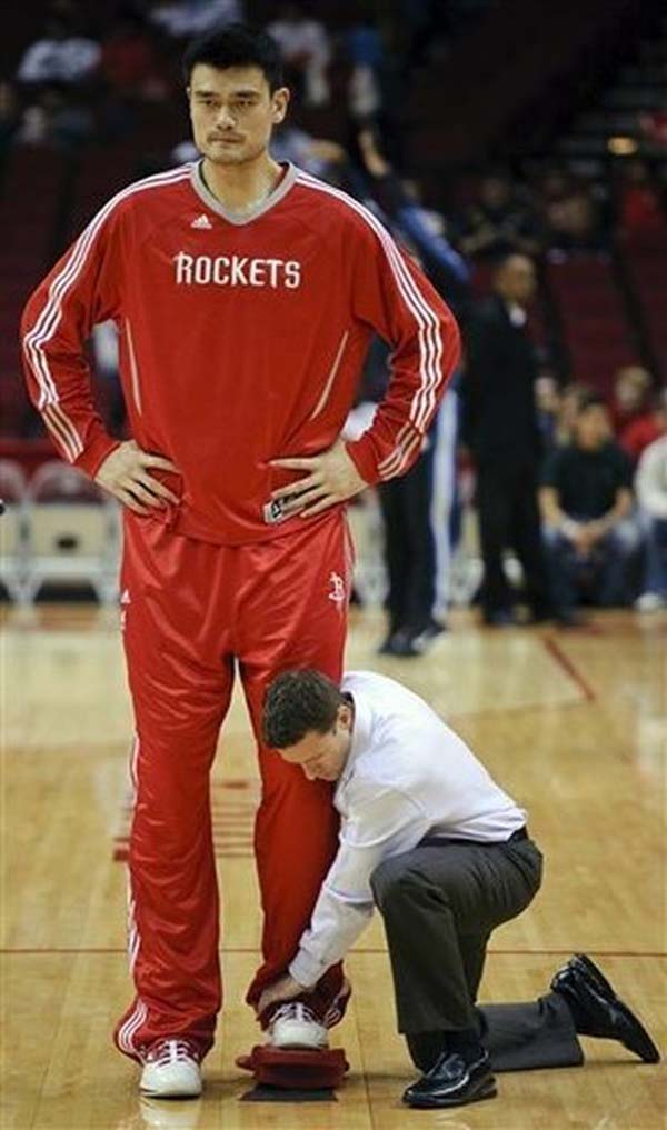 yao ming gets foot measured
