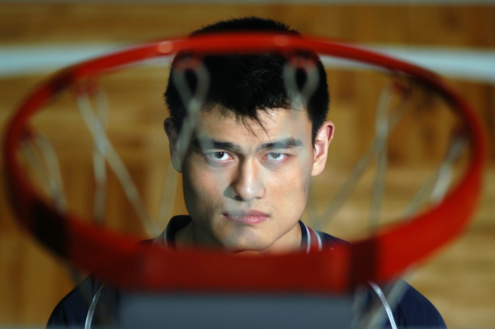 yao-ming-looks-through-hoop-980x652